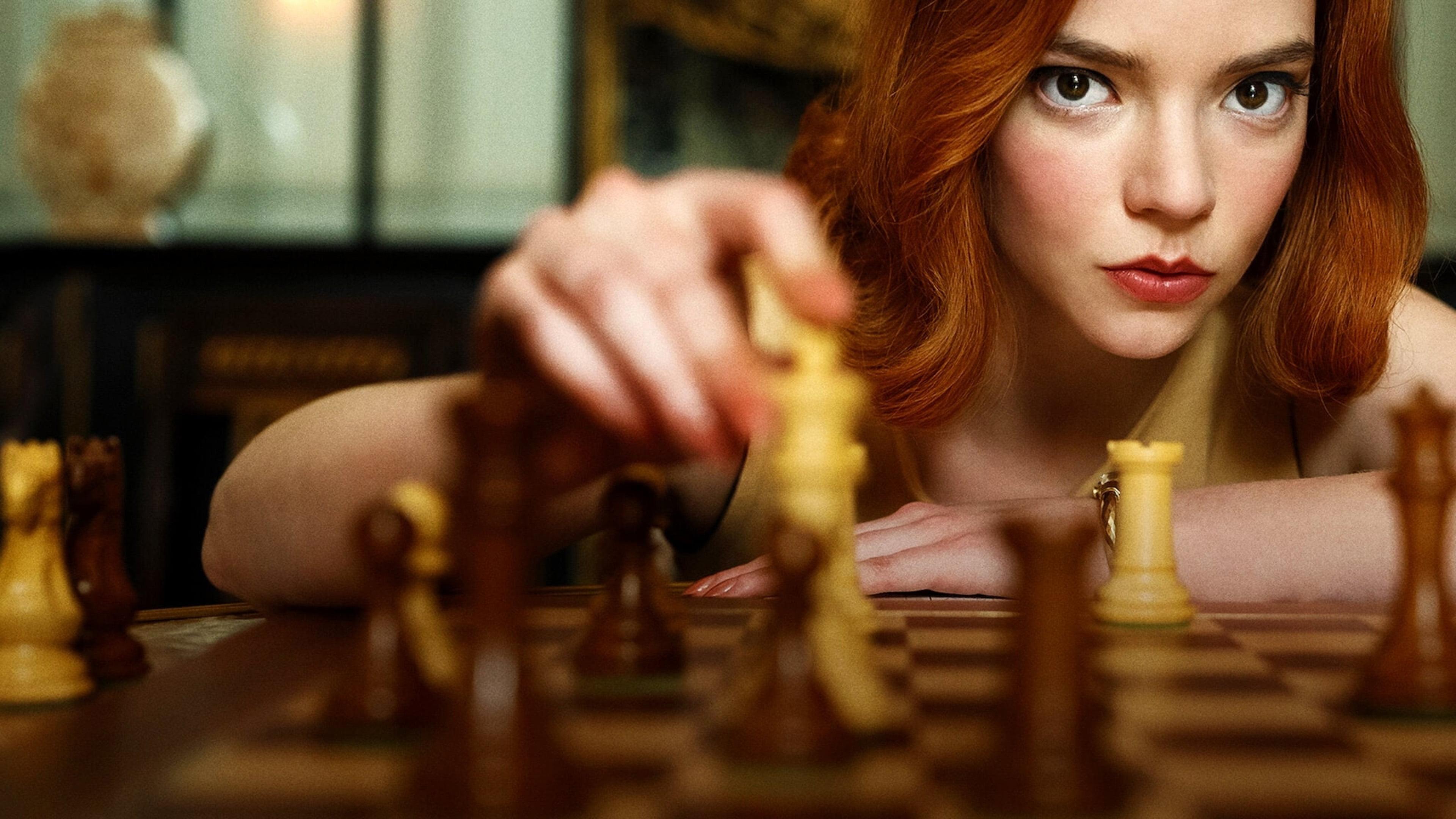 Anya Taylor-Joy joue aux échecs dans la populaire et excellente série TV - The Queens Gambit - crée par Netflix